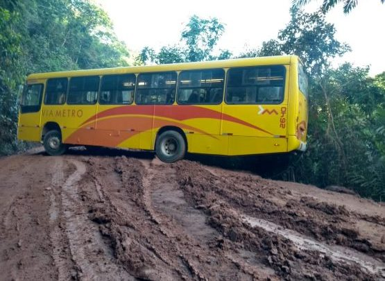 BA: Ônibus da Via Metro atola em estrada na zona rural de Ilhéus