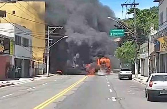 ES: Bandidos aterrorizam moradores de Vitória e incendiam ônibus nesta sexta-feira