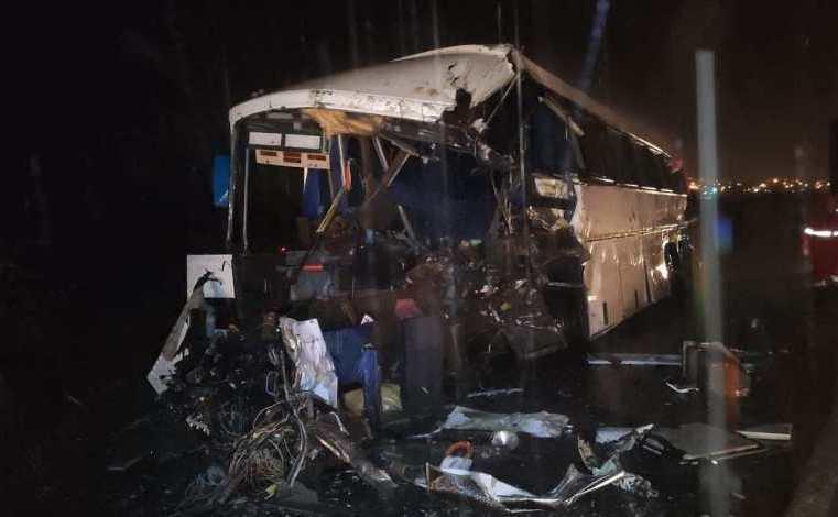 PE: Acidente entre carreta e ônibus deixa 3 mortos e 27 feridos na BR-423