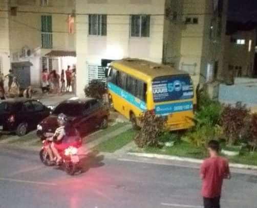 Micro-ônibus invade apartamento na Zona Norte de Manaus na noite deste domingo