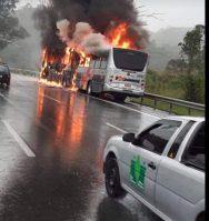 SP: Ônibus da Rápido Luxo pega fogo na Rodovia Anhanguera nesta manhã de segunda-feira