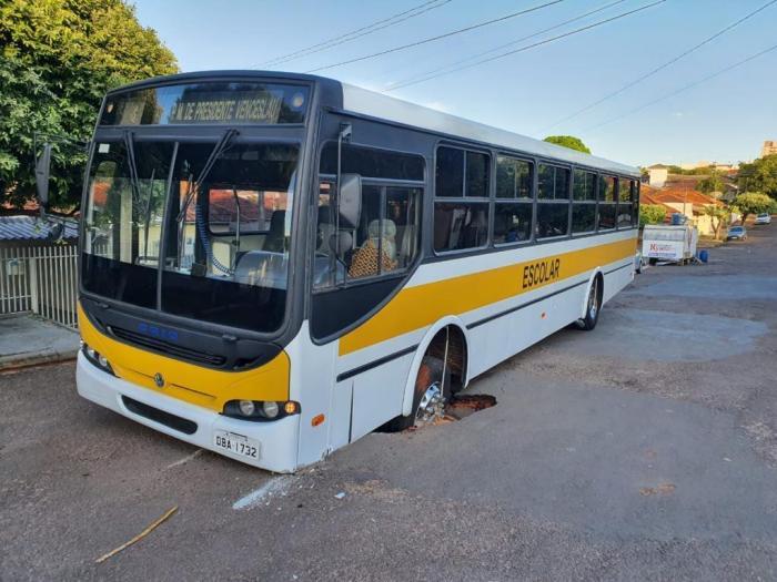 SP: Ônibus escolar fica preso em buraco na cidade de Presidente Venceslau