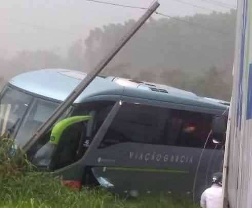 Acidente entre carro e ônibus da Viação Garcia deixa um morto na PR-218 em Paranavaí