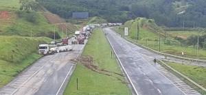 SP: Rodovia Fernão Dias é interditada após carreta tombar com produtos químicos