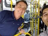 SP: Bolsonaro anda de ônibus no Guarujá onde passa o feriado do carnaval