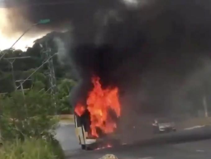 Ônibus acaba destruído pelo fogo em Manaus