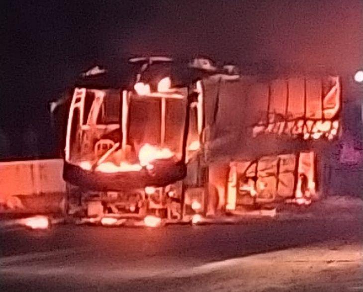 AL: Ônibus da Real Alagoas pega fogo na BR-101 na noite  deste domingo