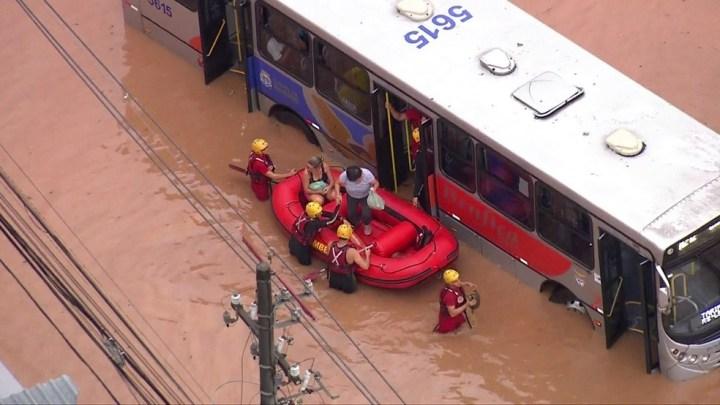 Chuva provoca alagamentos na Grande SP e passageiros de ônibus são resgatados de bote