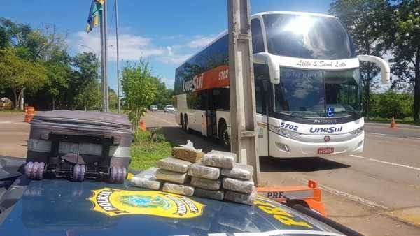 RS: Menor é apreendido pela PRF com 10kg de maconha em ônibus da Unesul na BR-386