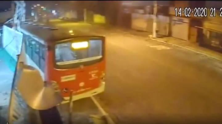 Motorista de ônibus morre após passar mal e bater ônibus em São Paulo