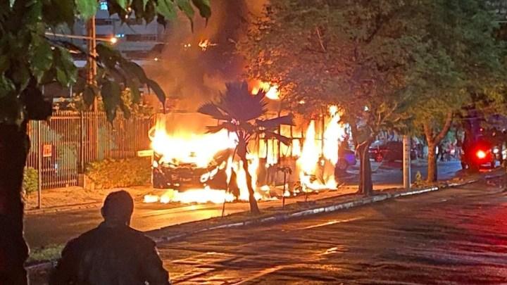 Ônibus pega fogo na noite desta terça-feira em Fortaleza