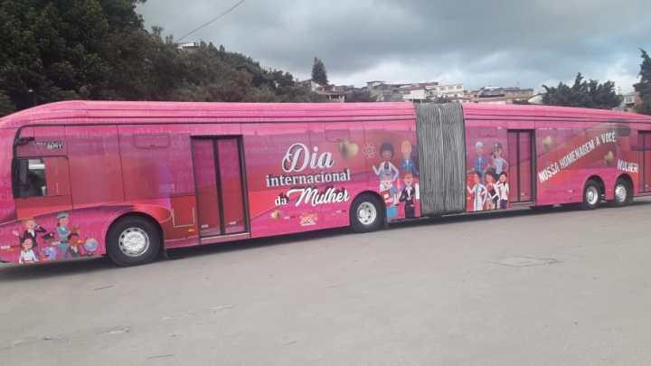 Ônibus rosa passa a circular em São Paulo em comemoração ao Dia Internacional da Mulher