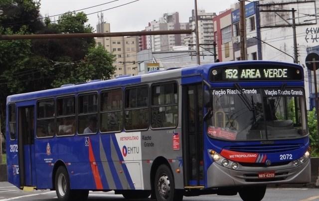 Ônibus da linha 152 Área Verde da EMTU é alvo de reclamações de passageiros em São Paulo