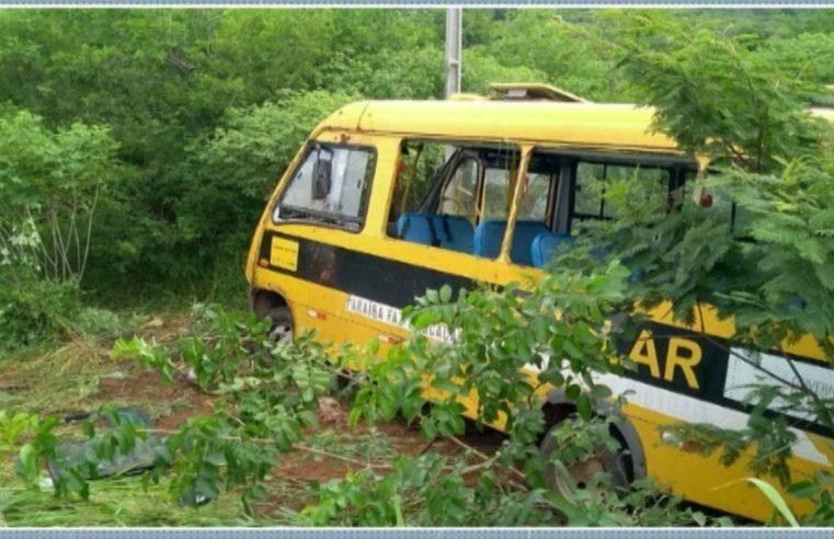 PE: Micro-ônibus com universitários sai da pista capota e deixa 2 mortos e 20 feridos na PE-320