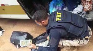 PRF apreende mulher com 20kg de entorpecentes durante fiscalização em ônibus na BR-070