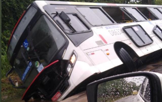 Vídeo mostra ônibus caindo em buraco na Zona Oeste do Rio de janeiro durante a chuva deste domingo