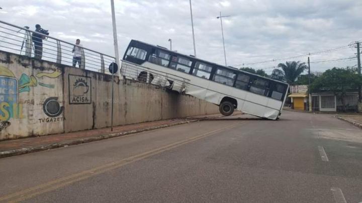 Ônibus urbano cai na quarta ponte em Rio Branco na manhã desta segunda-feira