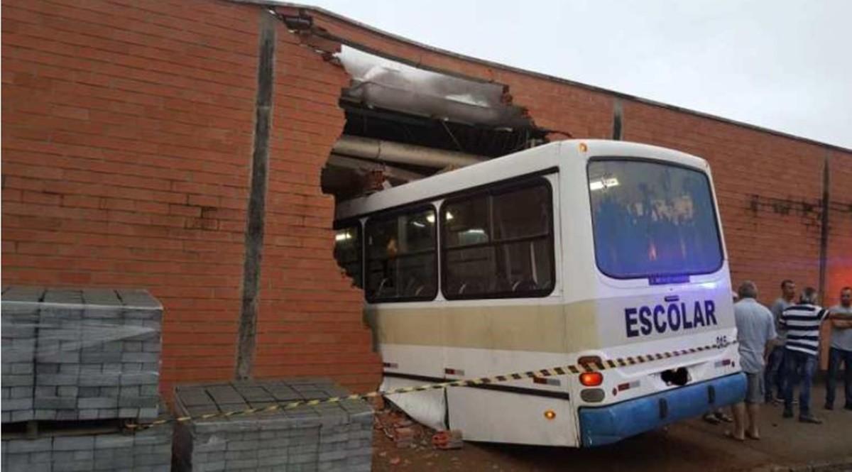 SC: Após problemas mecânicos ônibus escolar invade empresa no Vale do Itajaí