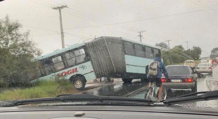 RS: Ônibus articulado da Sogil sai da rodovia ERS-030 na manhã desta segunda-feira