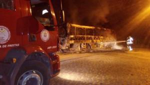 BA: Ônibus acaba incendiado em Itamaraju