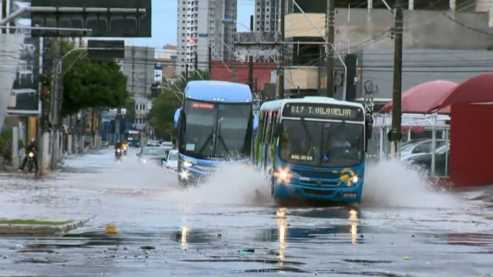ES: Vila Velha está em estado de alerta nesta segunda-feira. Ônibus seguem circulando