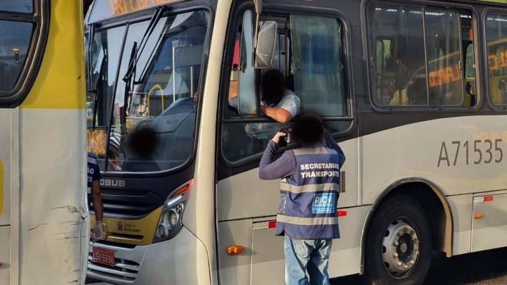 Prefeitura do Rio realiza ação para orientar motoristas de ônibus sobre uso de máscara