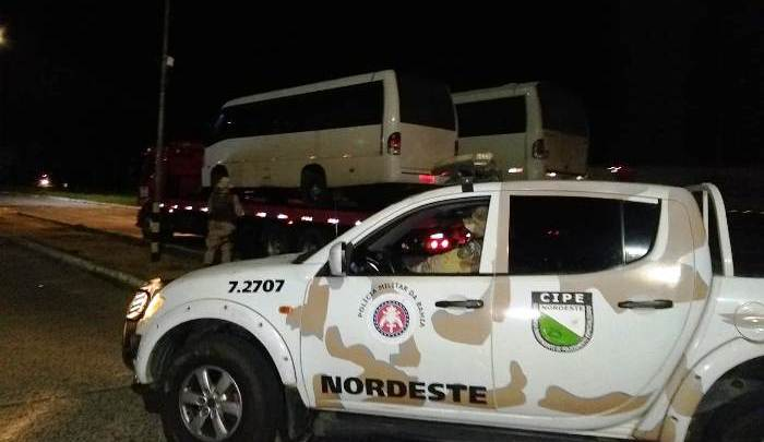 PRF e Cipe Nordeste apreendem três micro-ônibus piratas na BR-116 em Feira de Santana