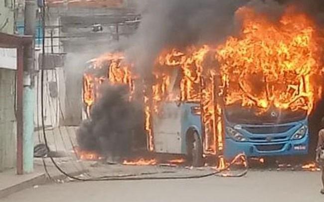 ES: Ônibus do Transcol é incendiado na Região Metropolitana de Vitória