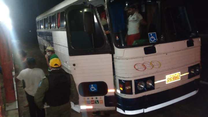 Polícia Militar apreende ônibus CMA com 47 passageiros na fronteira do Piauí com Ceará
