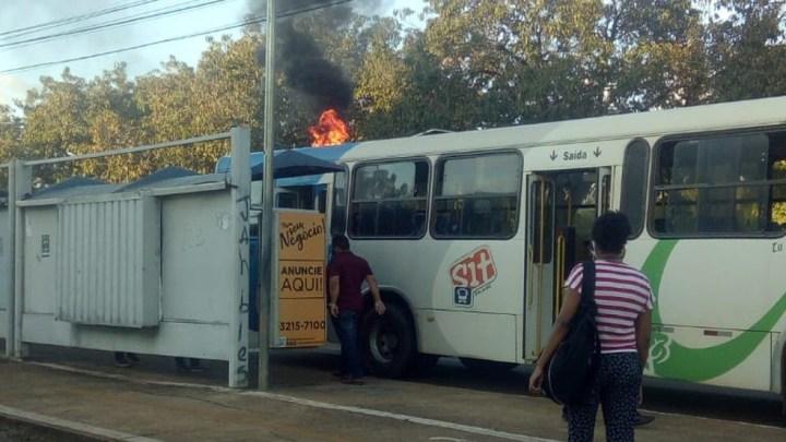 Ônibus pega fogo no centro de Palmas nesta segunda-feira