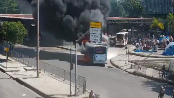 Rio: Ônibus pega fogo na Central do Brasil na manhã desta segunda-feira