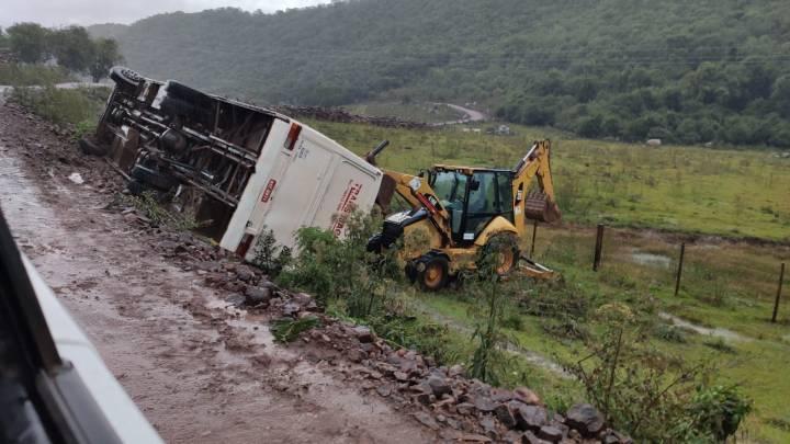 RS: Ônibus tomba na zona rural de São Martinho da Serra deixando 10 feridos