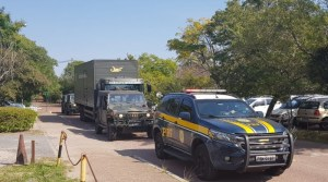 Ação da PRF e Exército Brasileiro apreendem homem em ônibus na BR-158