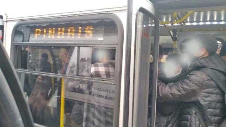 Ônibus lotados são flagrados em Curitiba nesta quinta-feira