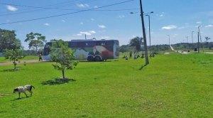 Acre: 40 peruanos dormem dentro de ônibus retido em posto na fronteira