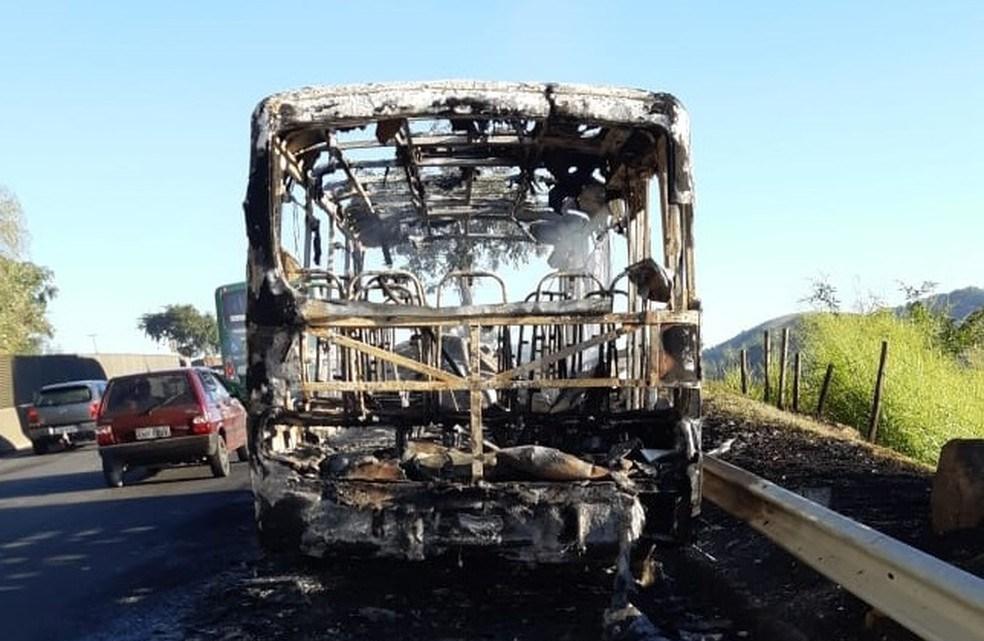 Barra Mansa: Micro-ônibus acaba destruído por fogo na Via Dutra
