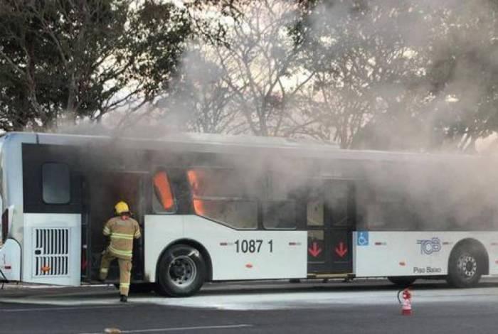 DF: Justiça determina soltura de homem que incendiou ônibus próximo do Palácio do Planalto
