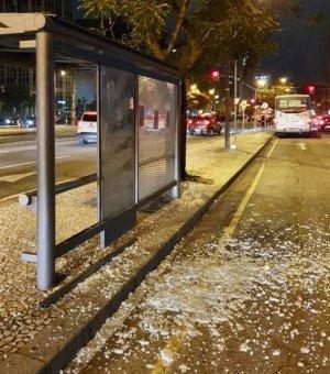 Curitiba registra depredação em 7 pontos de ônibus e duas estações-tubo destruídas, após manifestação