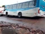 Campo Grande: Ônibus fica preso em buraco durante chuva nesta madrugada de quinta-feira