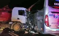 PR: Colisão entre carreta e ônibus deixa dois feridos na BR-277