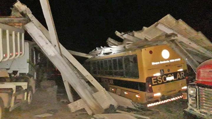 PA: Ônibus escolar é danificado após estrutura desabar em Fordlândia