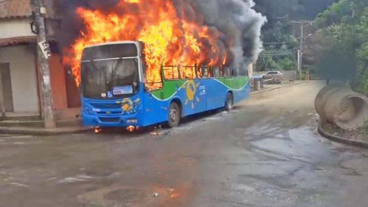 Vídeo: Marginais incendiam dois coletivos na Grande Vitória nesta manhã de segunda-feira