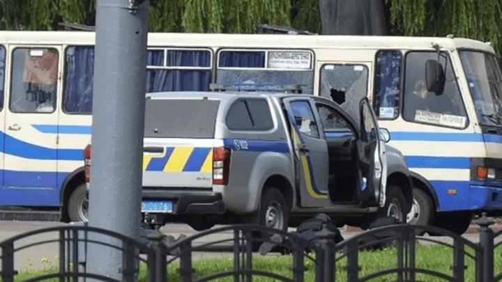 Ucrânia: Homem mantém reféns em ônibus e ameaça explodir o coletivo – Vídeo