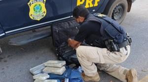 Vídeo: PRF prende passageiro de ônibus com drogas em fiscalização na BR-070