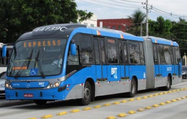 Vídeo: Ônibus do BRT Rio circula em péssimas condições para a Barra da Tijuca