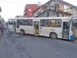 Salvador: Ônibus perde controle e fica atravessado na pista do bairro de Fazenda Grande do Retiro