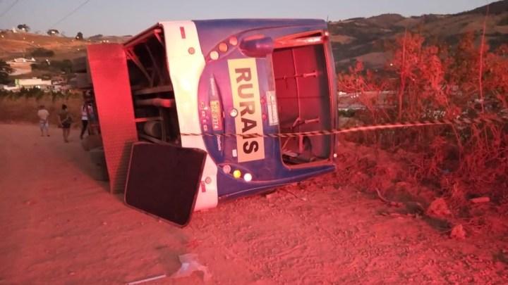 Vídeo: Ônibus rural tomba deixando 18 pessoas feridas em Divinolândia
