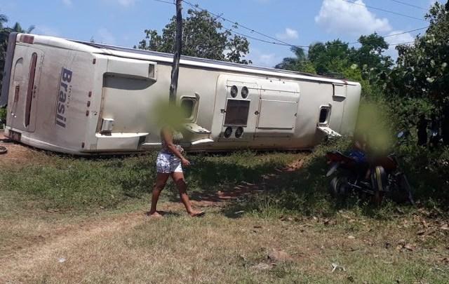 MA: Ônibus da TransBrasil tomba na rodovia MA-014, deixando seis feridos