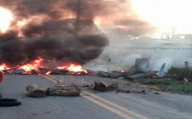 RJ: Moradores realizam nesta manhã uma manifestação e fecham a rodovia RJ-180 em Campos