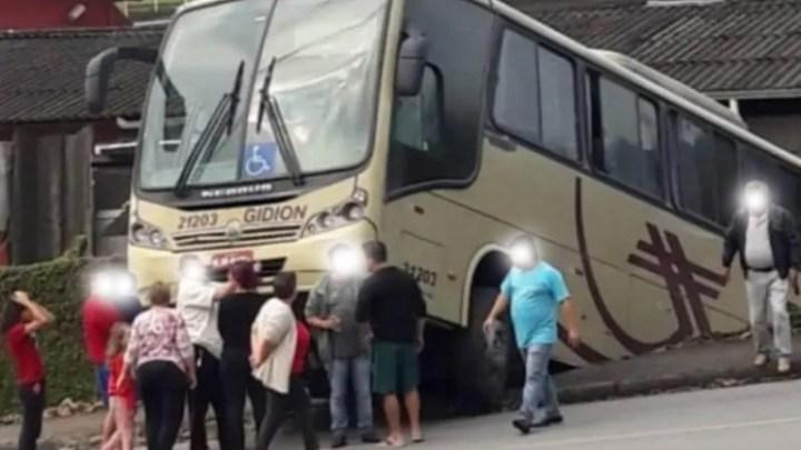 Vídeo: Ônibus da Gidion Transporte perde controle e causa acidente nesta tarde em Joinville